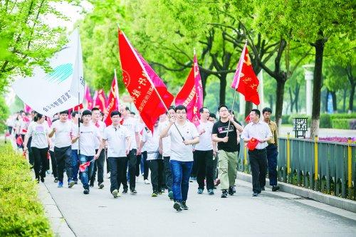 """惠山区举行""""红色毅行""""徒步活动庆祝无锡解"""