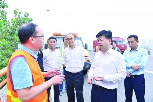 李秋峰带队检查道路桥梁交通安全工作